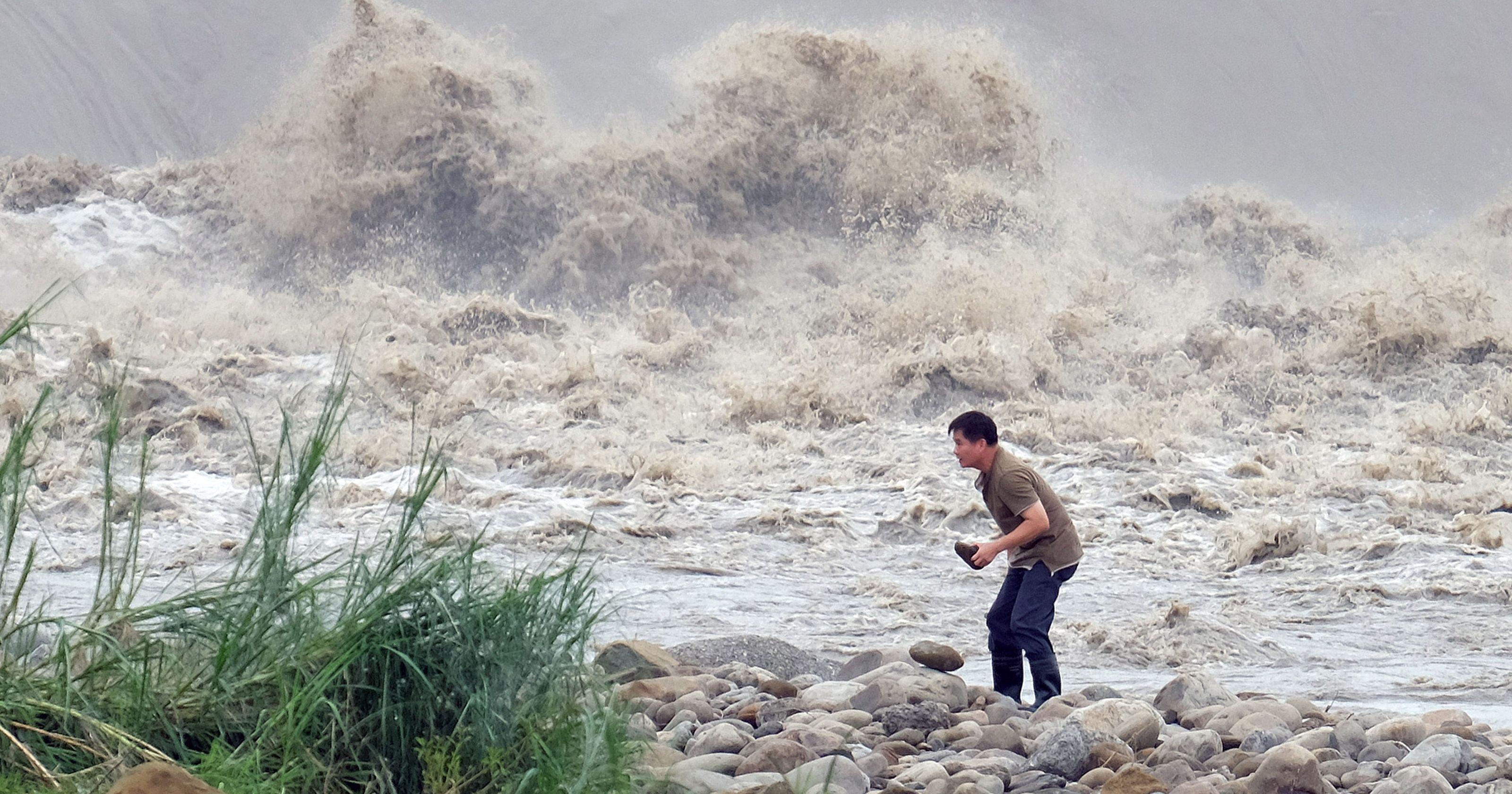 На Китай обрушился страшный тайфун (видео)