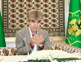 Глава Туркменистана в честь Оразо дал садака и подарил сиротам финики