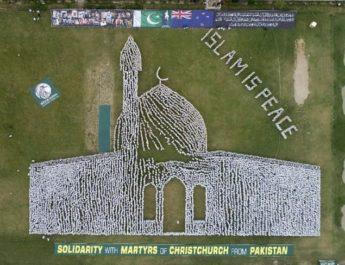 Видео: Тысячи пакистанцев выстроились в рисунок мечети и надпись «Ислам — это мир»