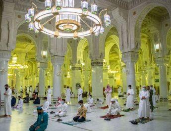 В Запретной мечети в Мекке отменили социальную дистанцию